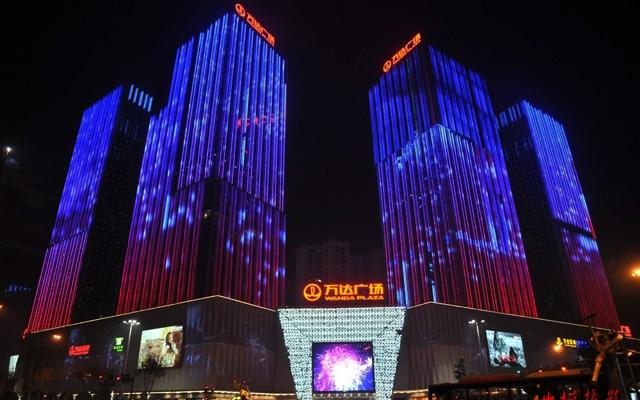 夜幕降临,绚丽的灯光,动态的效果把万达广场打造成为夜间城市的中心
